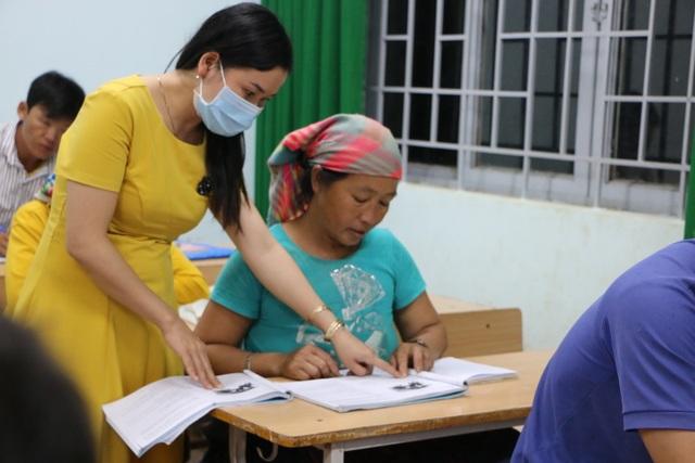 Mẹ 68 tuổi đi học xóa mù chữ cùng hai con gái - 6