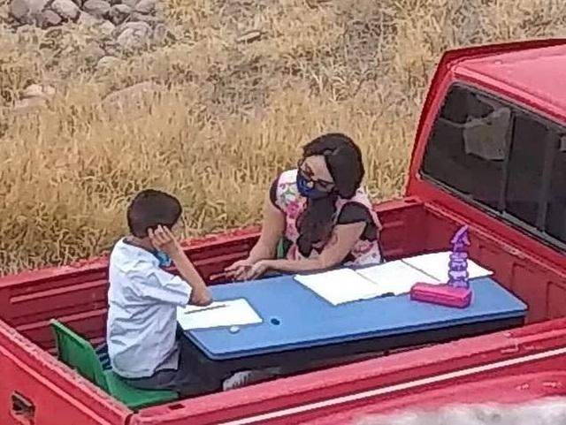 Mexico: Trường đóng cửa, cô giáo lái xe tới tận nhà dạy học sinh tự kỷ - 1