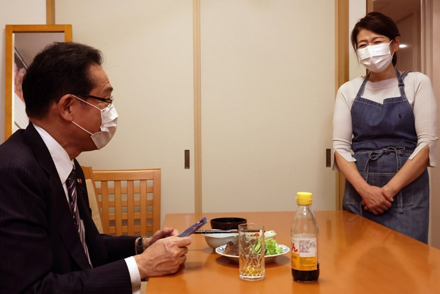 Ứng viên thủ tướng Nhật bị chỉ trích vì đăng ảnh vợ như người giúp việc - 1