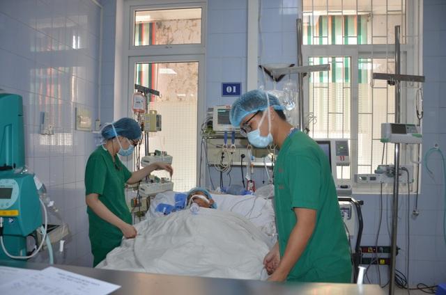 Thương người vợ nức nở ở hành lang bệnh viện: Các bác ơi cứu chồng em với! - 1