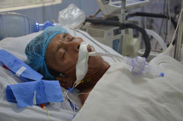Thương người vợ nức nở ở hành lang bệnh viện: Các bác ơi cứu chồng em với! - 2