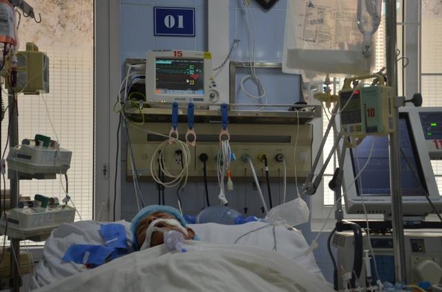 Thương người vợ nức nở ở hành lang bệnh viện: Các bác ơi cứu chồng em với! - 3