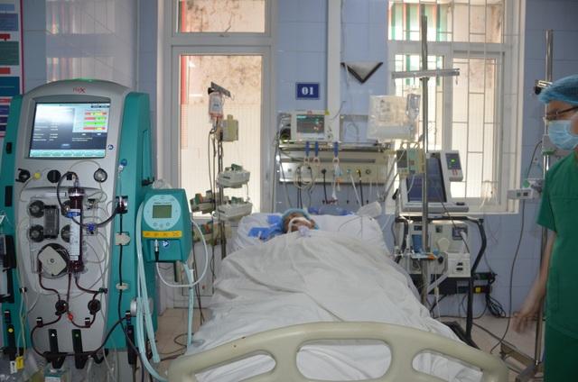 Thương người vợ nức nở ở hành lang bệnh viện: Các bác ơi cứu chồng em với! - 5