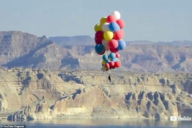 Nghệ sĩ bay lên độ cao 7.300 mét nhờ một chùm bóng bay - 1