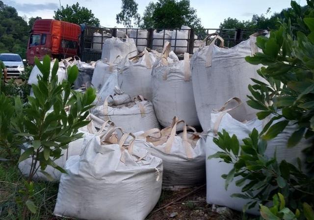 Vụ đổ trộm hàng chục tấn chất thải lạ: Không phải chất độc hại? - 1