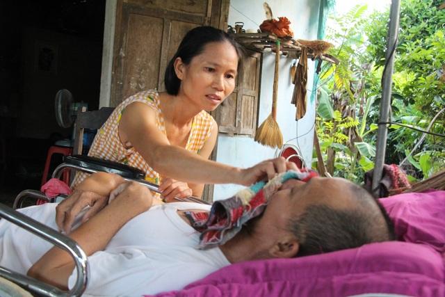 Thương người vợ ung thư gồng mình chăm chồng liệt giường, nuôi 2 con nhỏ - 1