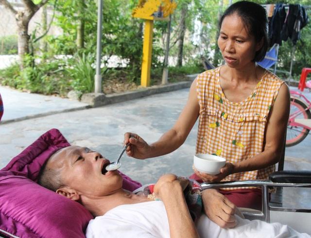 Thương người vợ ung thư gồng mình chăm chồng liệt giường, nuôi 2 con nhỏ - 6