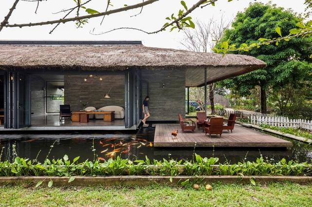 Chán biệt thự nhà phố, nhà giàu Việt về quê làm nhà mái rạ giản dị mà đẹp - 1