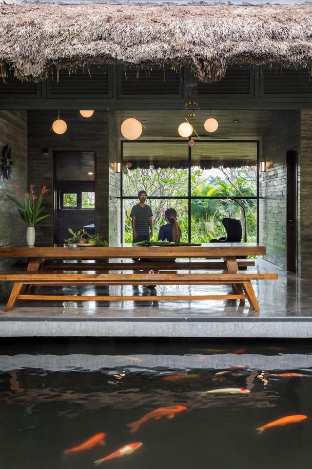 Chán biệt thự nhà phố, nhà giàu Việt về quê làm nhà mái rạ giản dị mà đẹp - 2