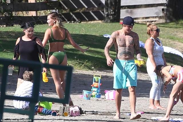 Hailey Bieber diện áo tắm khoe dáng gợi cảm bên chồng - 5