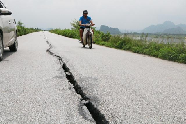 """Đê nứt toác hàng kilomet khiến dân lo sợ, chính quyền """"bình chân như vại""""? - 5"""