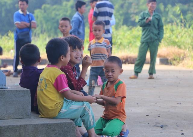 Xúc động cảnh học sinh ngồi đất, dự lễ khai giảng sớm tại Đắk Nông - 6