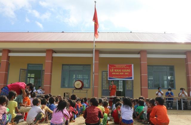 Xúc động cảnh học sinh ngồi đất, dự lễ khai giảng sớm tại Đắk Nông - 1