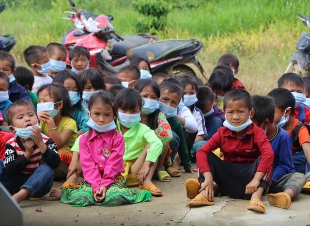 Xúc động cảnh học sinh ngồi đất, dự lễ khai giảng sớm tại Đắk Nông - 8