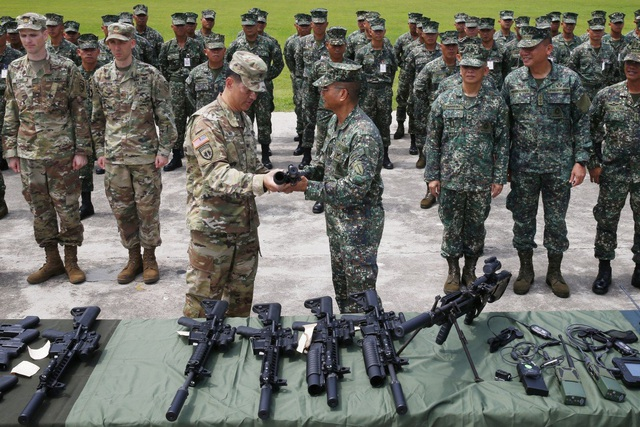"""Philippines tuyên bố không từ bỏ Mỹ dù """"nồng ấm"""" hơn với Trung Quốc - 1"""