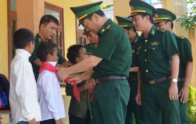 Niềm vui trước thềm năm học mới của những đứa con nuôi đồn biên phòng - 5