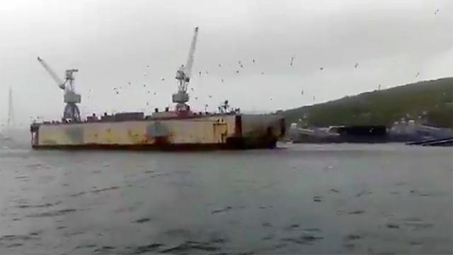 Bão thổi ụ nổi đâm vào hàng loạt tàu chiến của Nga - 1