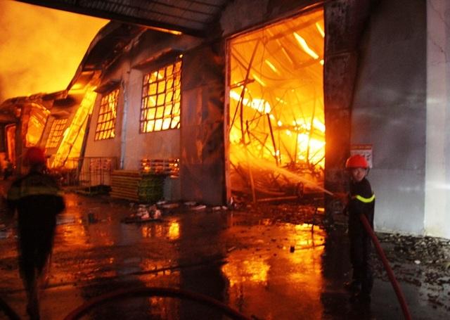 Điều tra, làm rõ vụ nhà xưởng 6.000m2 chứa đồ gỗ xuất khẩu bị cháy rụi - 1