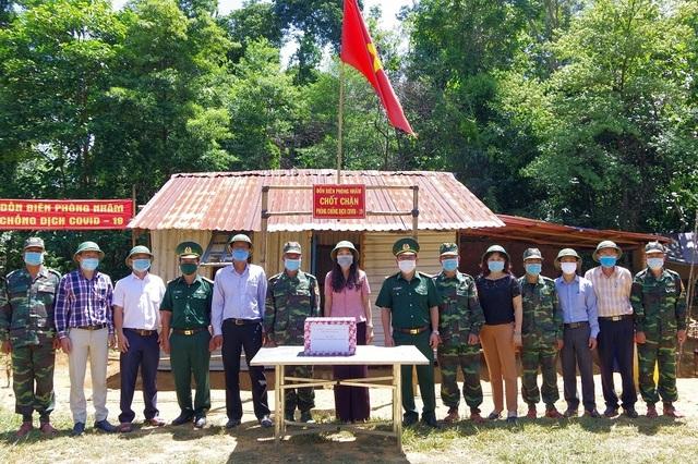 Thăm, tặng quà chiến sĩ biên phòng chốt chặn biên giới Việt - Lào - 3