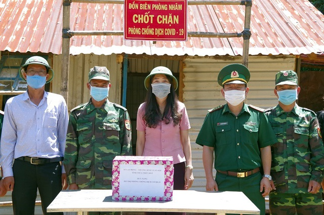 Thăm, tặng quà chiến sĩ biên phòng chốt chặn biên giới Việt - Lào - 2