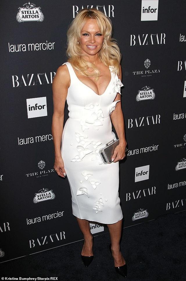 Pamela Anderson bị đồn hẹn hò với vệ sĩ kém tuổi - 2