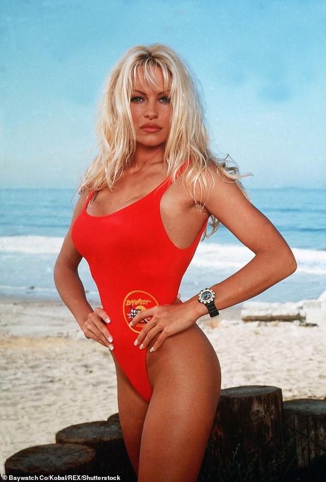 Pamela Anderson bị đồn hẹn hò với vệ sĩ kém tuổi - 8