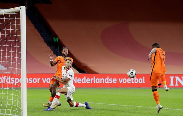 Hà Lan thắng nghẹt thở, Italia đứt mạch toàn thắng - 2