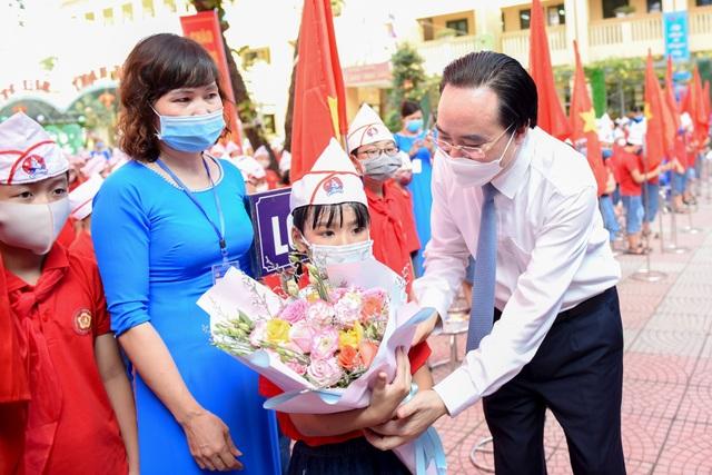 Bộ trường Phùng Xuân Nhạ tới trường huyện dự khai giảng - 1
