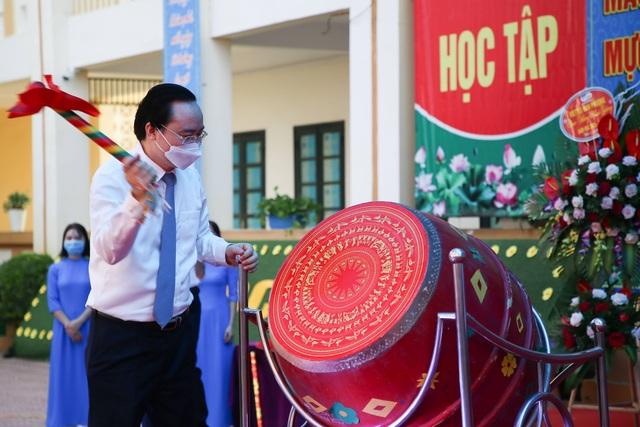 Bộ trường Phùng Xuân Nhạ tới trường huyện dự khai giảng - 2