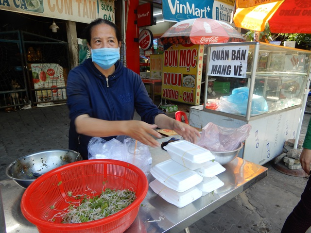 Đà Nẵng: Hàng quán đồng loạt mở cửa trong ngày đầu nới lỏng cách ly - 1