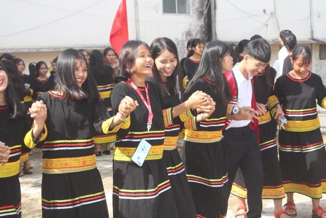 Học sinh dân tộc thiểu số đánh cồng chiêng, nhảy xoang mừng khai giảng - 9