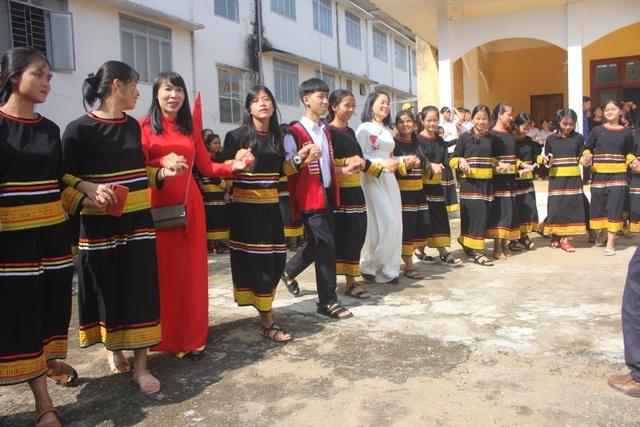 Học sinh dân tộc thiểu số đánh cồng chiêng, nhảy xoang mừng khai giảng - 7