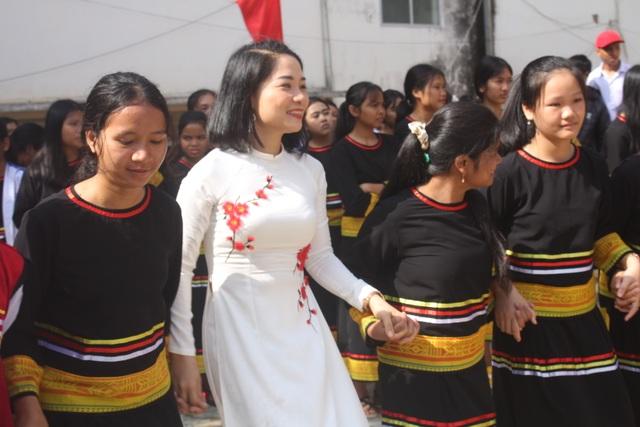 Học sinh dân tộc thiểu số đánh cồng chiêng, nhảy xoang mừng khai giảng - 8