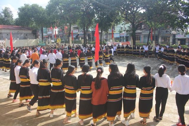 Học sinh dân tộc thiểu số đánh cồng chiêng, nhảy xoang mừng khai giảng - 11