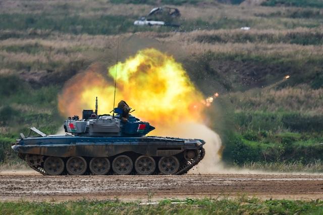 """Xe tăng Nga """"khạc lửa"""" hạ mục tiêu, phóng như bay tới ngôi số 1 - 9"""