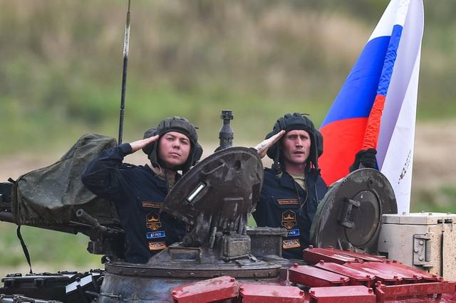 """Xe tăng Nga """"khạc lửa"""" hạ mục tiêu, phóng như bay tới ngôi số 1 - 11"""
