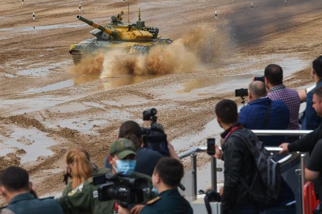 """Xe tăng Nga """"khạc lửa"""" hạ mục tiêu, phóng như bay tới ngôi số 1 - 12"""