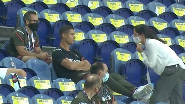 Không đeo khẩu trang, C.Ronaldo bị nhắc nhở - 1