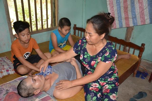 Cha bị tai nạn nằm liệt giường, đến giờ này hai con chưa có sách vở đi học - 3