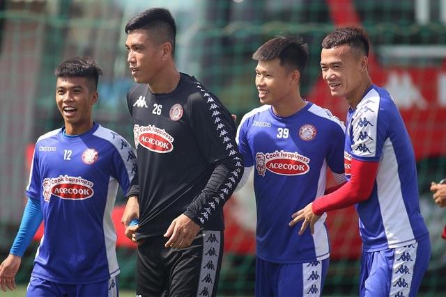 Công Phượng và hai tân binh Costa Rica tập luyện chờ V-League - 10