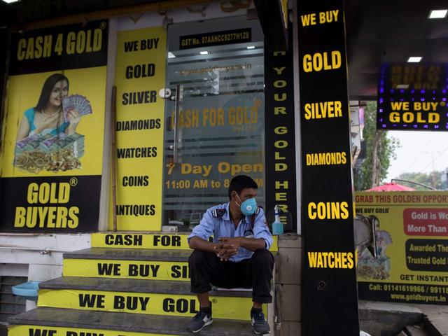 Túng quẫn vì đại dịch, dân Ấn Độ đem cả vàng gia truyền đi cầm cố - 3
