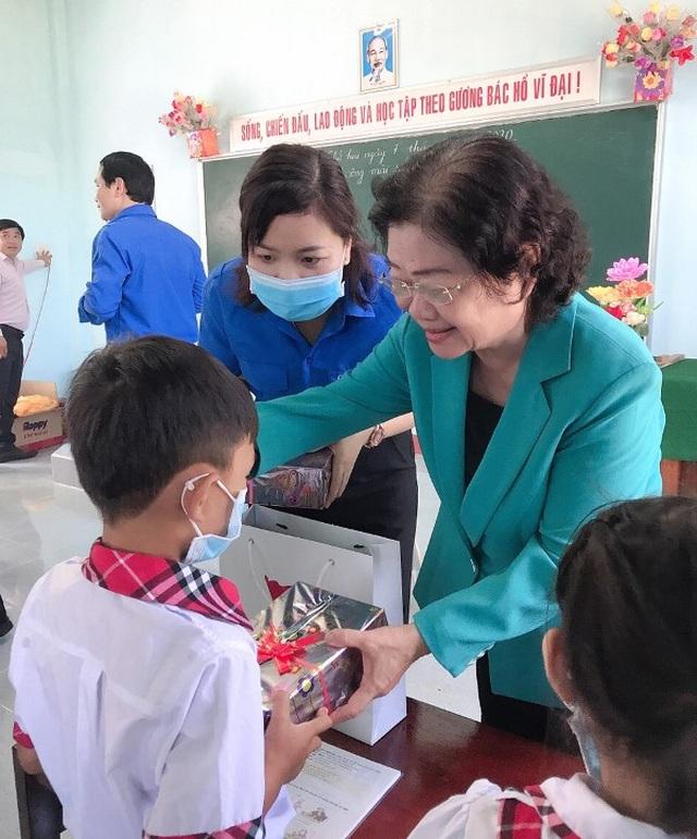 """Quỹ học bổng Vừ A Dính hỗ trợ xây """"trường đẹp cho em"""" ở Bình Định"""