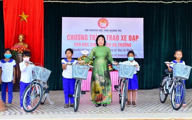 Quảng Trị: Hội Khuyến học tặng xe đạp, đồng phục cho học sinh miền núi - 1