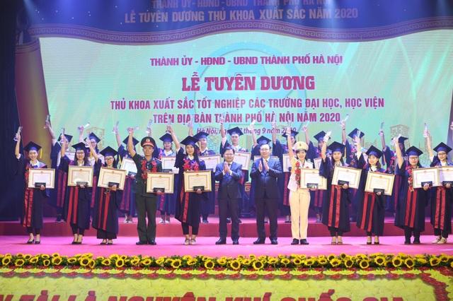 Hà Nội tuyên dương 88 thủ khoa xuất sắc tốt nghiệp đại học - 3