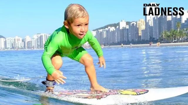 Lướt sóng đỉnh cao từ lúc 2 tuổi khiến người lớn phải trầm trồ - 1