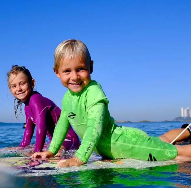 Lướt sóng đỉnh cao từ lúc 2 tuổi khiến người lớn phải trầm trồ - 4