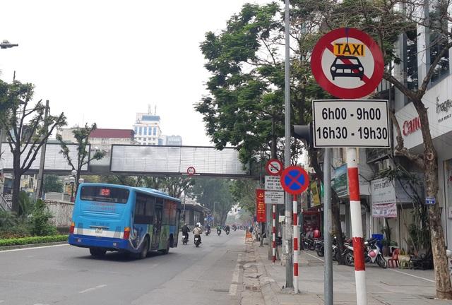 Hiệp hội Taxi Hà Nội đề nghị dỡ biển cấm taxi tại một số tuyến phố - 1