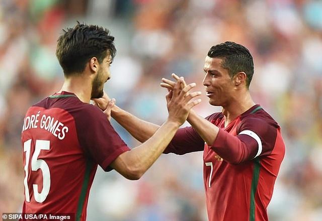 Trước Suarez, những ngôi sao nào từng là đồng đội của C.Ronaldo lẫn Messi? - 13