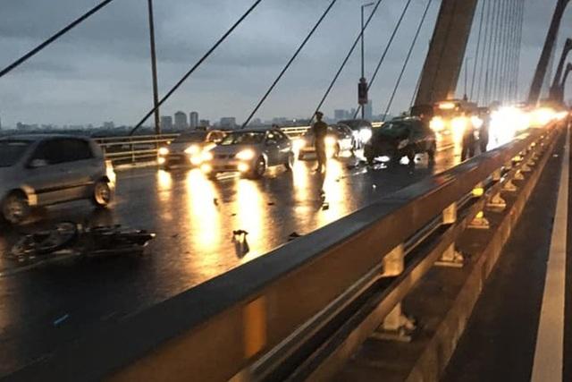 Phóng xe máy ngược chiều trên cầu Nhật Tân, 2 thanh niên tông thẳng xe taxi - 1