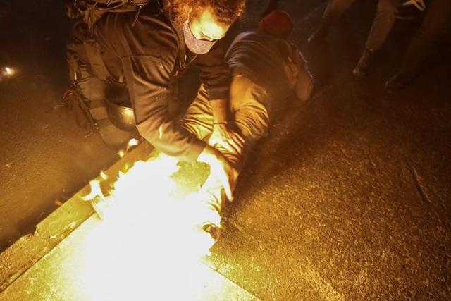 100 ngày biểu tình sắc tộc bùng phát, cảnh sát Mỹ hứng bom xăng - 2